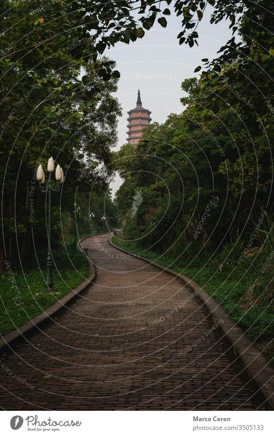 Bai Dinh Tower Pagode am Ende der kurvenreichen Straße zwischen den Bäumen. . Die größte Tempelanlage Vietnams. Trang An, Nim Binh. Bahn Turm Religion Tourist