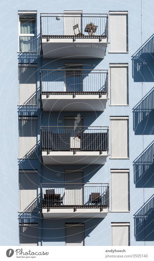 Blaues neues Gebäude mit Fensterläden und Balkonen Appartement architektonisch Architektur Klotz blau hell Großstadt Stadtbild Beton Konstruktion Zeitgenosse
