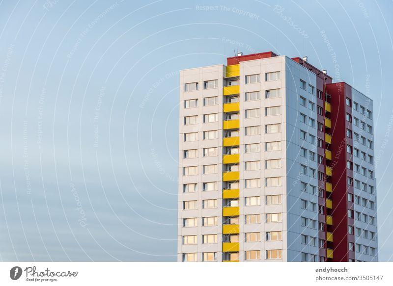 Einzelner Wolkenkratzer bei strahlend blauem Himmel in Berlin abstrakt Appartement Architektur Hintergrund schön Schönheit Großstadt Blauer Himmel hell Gebäude