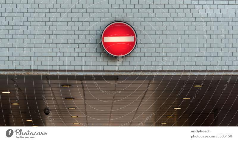 Keine Einfahrt in die Einbahnstraße der Unterführung Zugang wach Aufmerksamkeit Hintergrund Vorsicht kreisen Konzept Gefahr Regie machen Laufwerk betreten