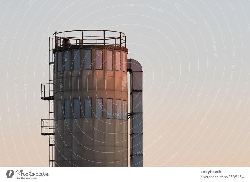 Ein altes Silo leuchtet im Abblendlicht Nachmittag Architektur groß Gebäude Business Chemikalie Konstruktion Container Textfreiraum Zylinder Lagerhaus