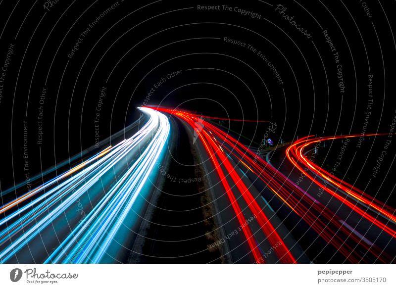 Langzeitbelichtung von einer Brücken aus auf die Autobahn fotografiert Nacht Verkehr Licht PKW Verkehrswege Straßenverkehr Geschwindigkeit Außenaufnahme