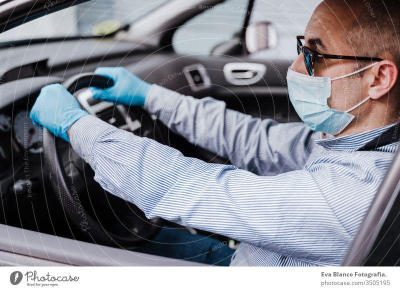 autofahrender mann mit schutzmaske und handschuhen während der coronacirus-covid-19-pandemie Mann PKW Schutzmaske Coronavirus Pandemie Schutzhandschuhe Virus