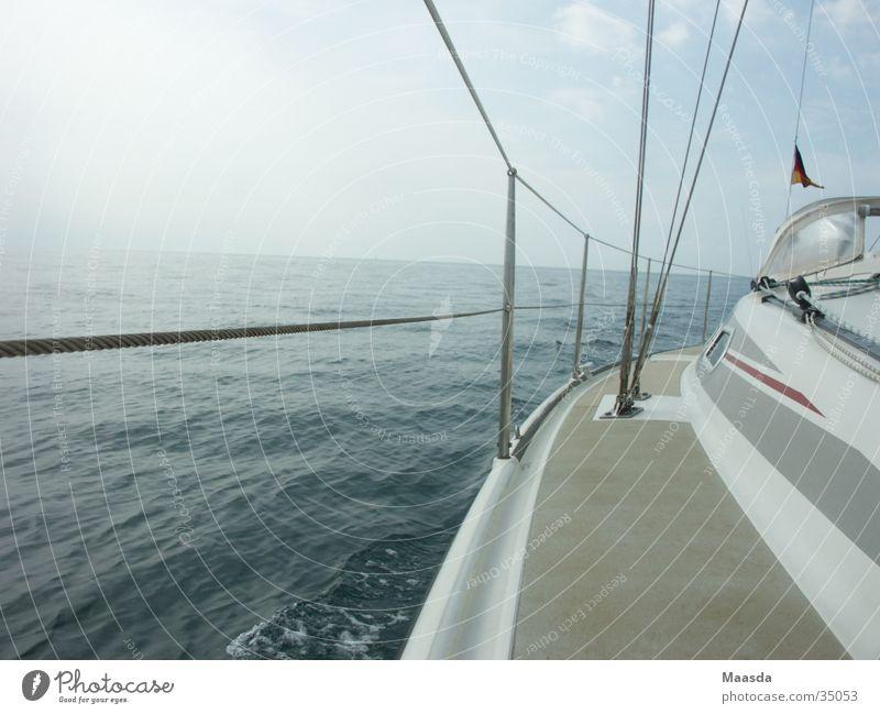 Teile von Adria und 11 Meter-Segler weiß Meer Segeln Segelboot Wasserfahrzeug Reling Schifffahrt blau Himmel