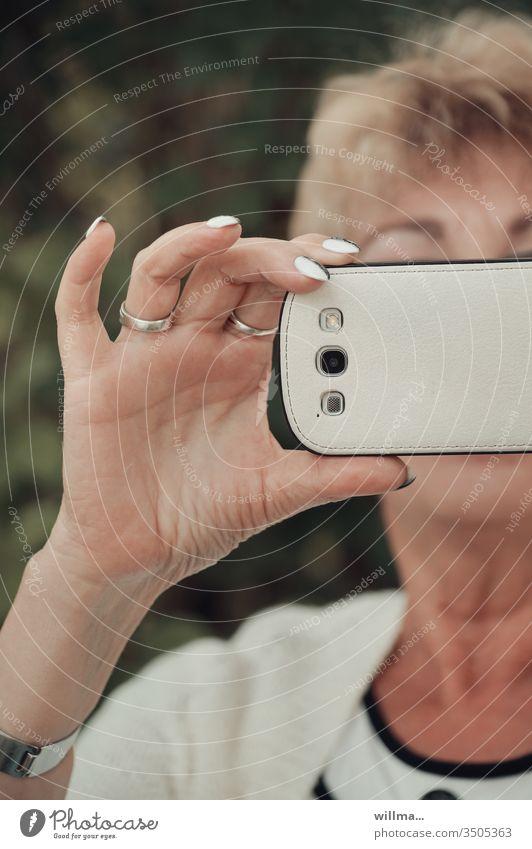 Fotografieren mit Smartphone Handy Frau fotografieren Selfie Mensch Erwachsene PDA manikürt Telekommunikation Internet kommunizieren Stil elegant Navigation