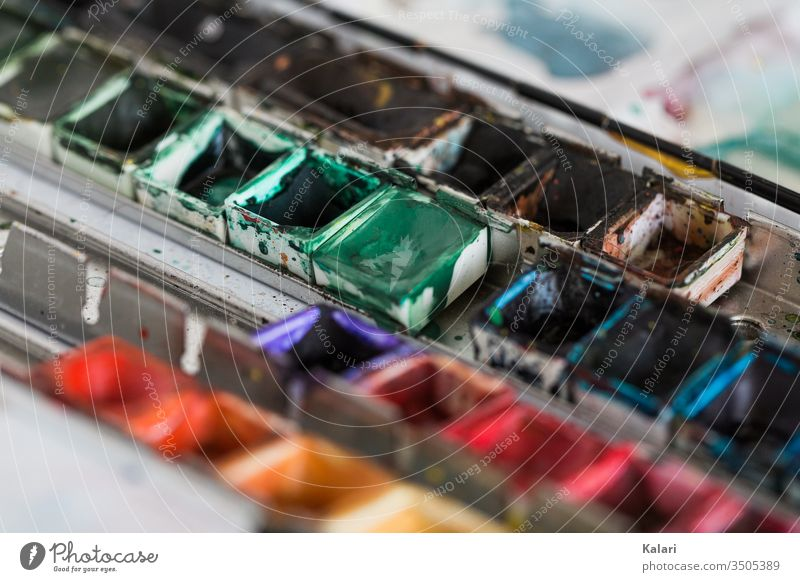 Ein Kasten mit Aquarellfarben eines Künstlers aquarell farbpalette kunst kreativität kunsttherapie close up grün anmalen künstler rot bunt mischen farbtopf