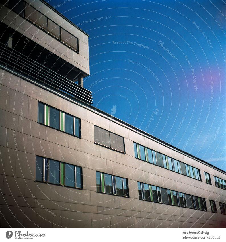 Flucht ins Blaue Wolkenloser Himmel Stadt Menschenleer Haus Gebäude Architektur Fassade Fenster Beton Glas blau ruhig Business Zukunft Arbeit & Erwerbstätigkeit