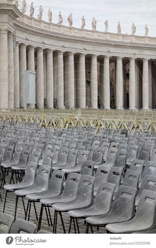 leere Stuhlreihen heilig grau gelb Säulen Plastik heiliger Stuhl Veranstaltung Vorbereitung Linien Ordnung Struktur Sicherheit sitzen Rückenlehne Sitzfläche