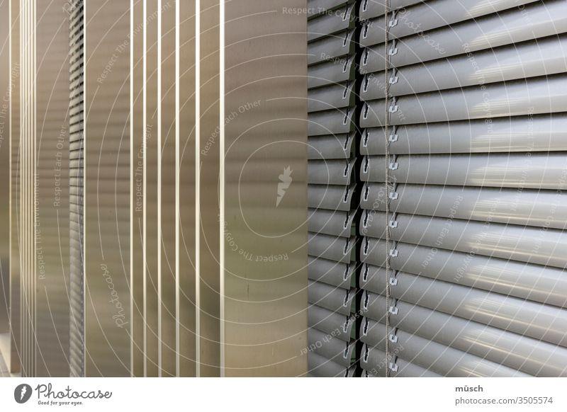 Jalousie Fenster Verweigerung Metall grau Linien Verdunkelung Struktur Dekoration Hindernis Blick Sicht Schutz Architektur senkrecht quer Rolladen Rollo Rouleau