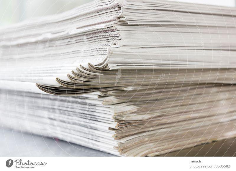 Zeitungsstapel Neuigkeit Stapel weiß grau Schrift Papier Rand Druck Berichte Öffentlichkeit Journal aktuell täglich lokal Postille Presse Pressewesen Bätterwald