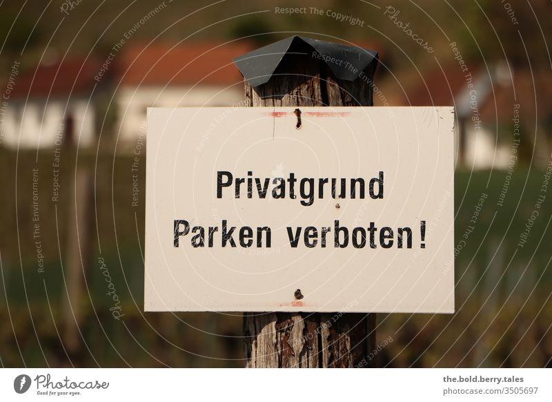 Schild Privatgrund Parken verboten! Verbotsschild Hinweisschild Schilder & Markierungen Verbote Warnschild Farbfoto Außenaufnahme Menschenleer Tag