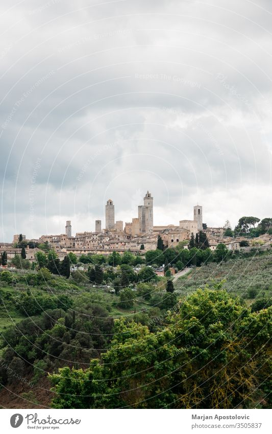 Stürmisches Wetter über den hohen Türmen von San Gimignano, Toskana, Italien antik Architektur Anziehungskraft Gebäude Burg oder Schloss Kathedrale Kirche