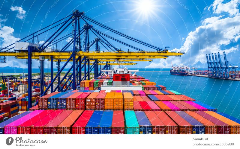Entladung von Containerschiffen im Tiefseehafen, Globale Geschäftslogistik Import-Export-Frachtschifffahrt Überseetransport weltweit per Containerschiff auf offener See, Containerschiff-Beladung von Frachtschiffen.