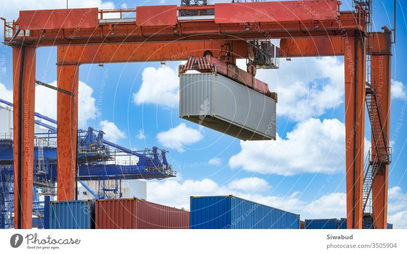 Hafenfrachtkräne zur Verschiffung von Hafenausrüstung, Industriehafenkran, Logistikgeschäft riesige Kräne und Container, Frachtschiff mit Industriekran, Containerschiff im Import-Exportgeschäft.