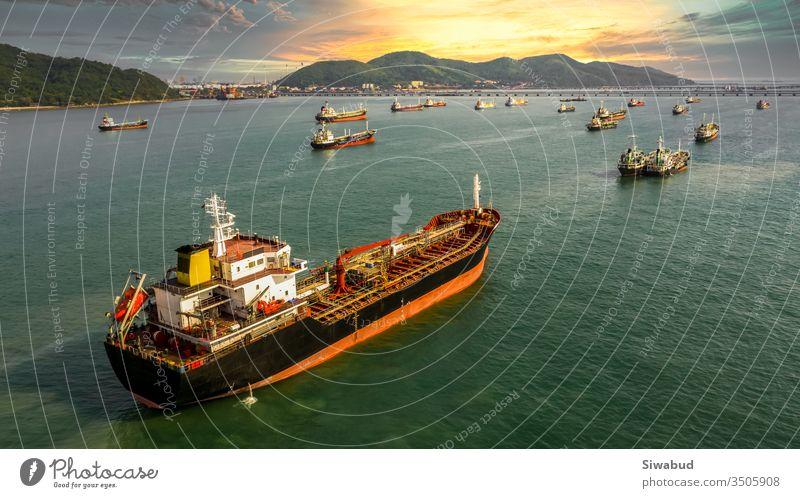 Luftaufnahme eines Öl- und Gastankers für die petrochemische Industrie auf offener See, Frachtschiff für die Raffinerieindustrie, Ölproduktentanker und LPG-Tanker in Seeblick von oben, Öltankschiff in Luftaufnahme.