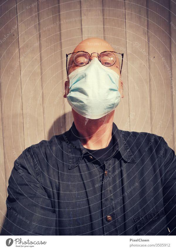 Korona und Maskenpflicht Pandemie Corona-Virus Mundschutz Prävention Coronavirus Infektionsgefahr Menschen Punktschrift kopf Gesicht Glatze