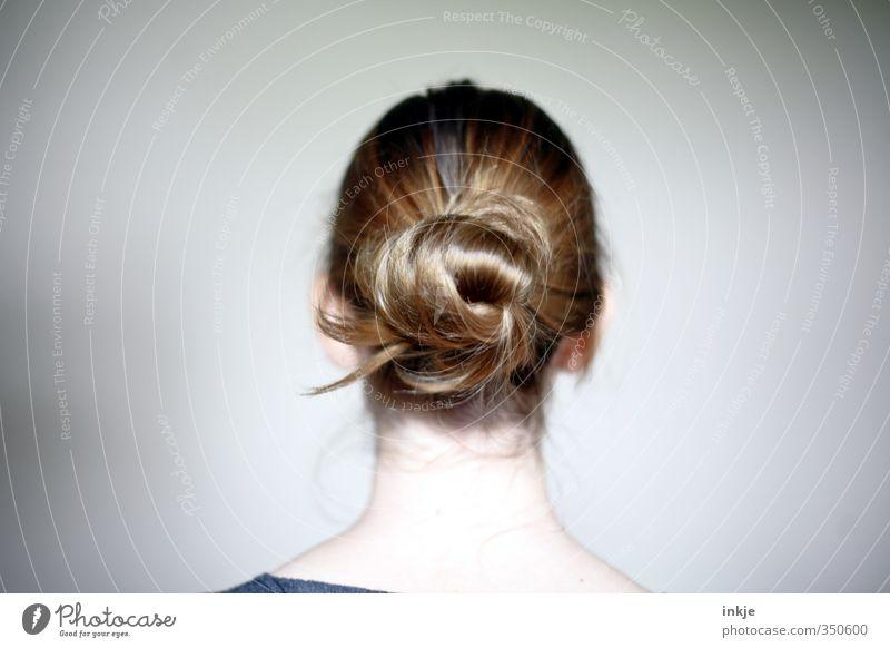 Frauenhinterkopf mit Dutt Stil Mädchen Junge Frau Jugendliche Kindheit Leben Kopf Haare & Frisuren 1 Mensch 13-18 Jahre brünett blond langhaarig einfach
