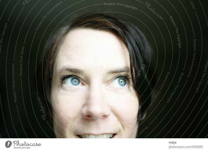 Augenfarbe | total blau Frau Erwachsene Gesicht 1 Mensch 30-45 Jahre Haare & Frisuren schwarzhaarig kurzhaarig Denken Lächeln leuchten Blick Freundlichkeit