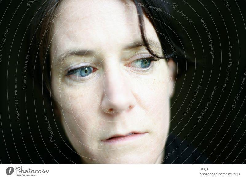 ....... Frau Erwachsene Leben Gesicht 1 Mensch 30-45 Jahre Haarsträhne Denken Blick träumen Traurigkeit authentisch blau schwarz Gefühle Stimmung Sorge Trauer