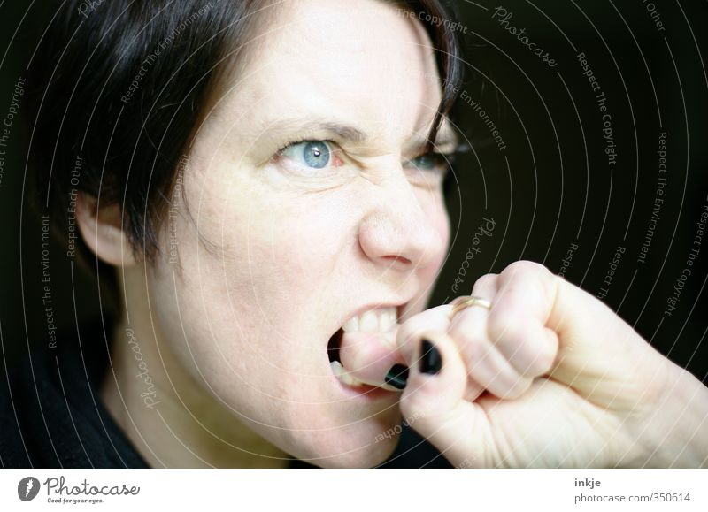 wer Zorn sät.... Frau Erwachsene Leben Gesicht Zähne Hand Finger 1 Mensch 30-45 Jahre Blick toben Aggression Wut Gefühle Nervosität verstört uneinig gereizt
