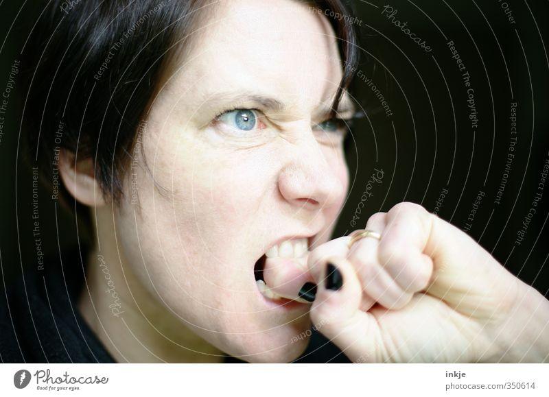 wer Zorn sät.... Mensch Frau Hand Erwachsene Gesicht Leben Gefühle Kommunizieren Finger Zähne Wut Schmerz Gesichtsausdruck Konflikt & Streit Aggression Nervosität