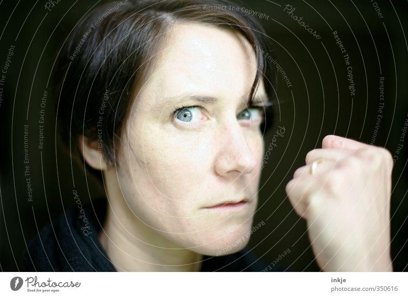 Die meisten Probleme entstehen erst.... Lifestyle Frau Erwachsene Leben Gesicht Faust 1 Mensch 30-45 Jahre machen Blick Aggression bedrohlich Wut Gefühle