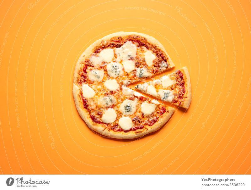 Klassische Pizza mit viel Käse. Hausgemachte Pizza obere Ansicht Karton Schachtel klassisch Komfortnahrung Fertiggerichte ausschneiden lecker Abendessen