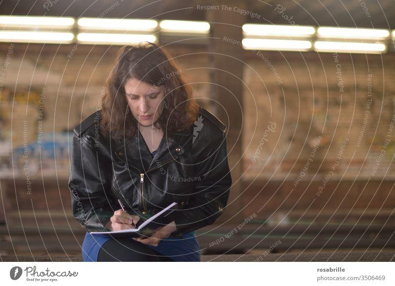 wen die Muse küsst ... | der schreibt Gedichte egal wo er/ sie gerade ist Frau schreiben Buch Heft Notizblock Notizbuch notieren dichten aufschreiben reimen