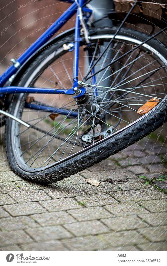 verbogenes Hinterrad eines alten Fahrrads Verlassen Unfall Rücken Hintergrund angewinkelt gebogenes Rad Fahrräder Radfahren schwarz gebrochen anketten Großstadt