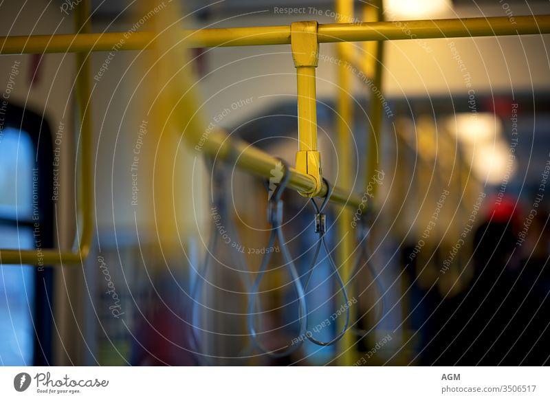 Hold on - Gestänge für Halteschleifen in einem Zug hängen Hintergrund Bar Bus Großstadt Farbe bequem Konzept Korona leer Finger Griff Hand Handgriff Lenker