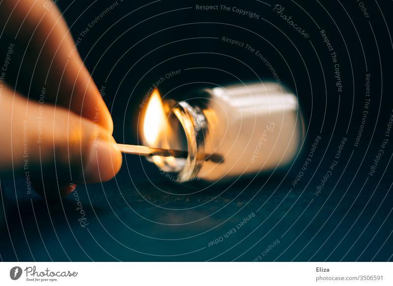 Mit einem brennenden Streichholz Rauch in einer Phiole erzeugen Qualm Finger Flamme Feuer zündeln experiment spielen gefährlich glasfläschchen