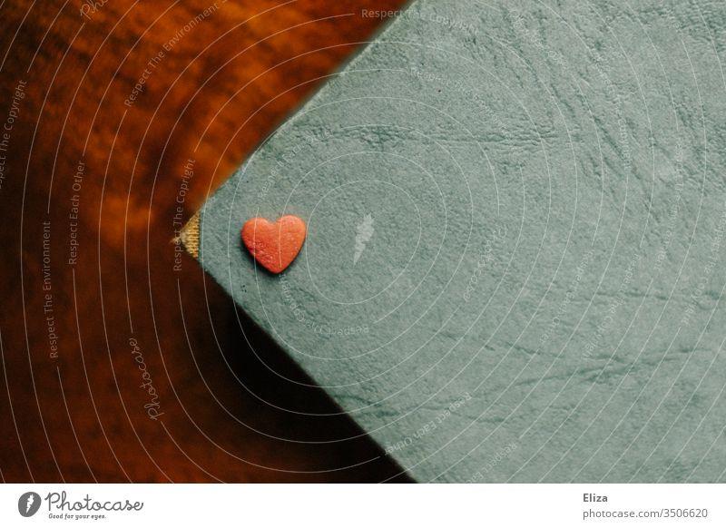 Ein rotes Herz das auf einem blauen Untergrund liegt Liebe Partnerschaft Muttertag verliebt Romantik Verliebtheit Menschenleer Gefühle Valentinstag