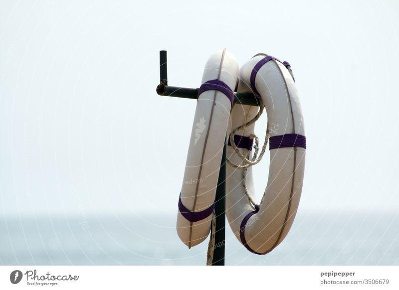 Rettungsringe auf einem Hacken Schifffahrt Außenaufnahme Farbfoto Menschenleer Tag Meer Ferien & Urlaub & Reisen Wasser Ferne blau Tourismus Sommer Küste