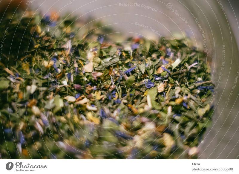 Nahaufnahme einer grünen Kräutermischung Tee Salatkräuter Gewürz bunt lecker verfeinern Lebensmittel Essen Kräuter & Gewürze aromatisch Blüten Makroaufnahme