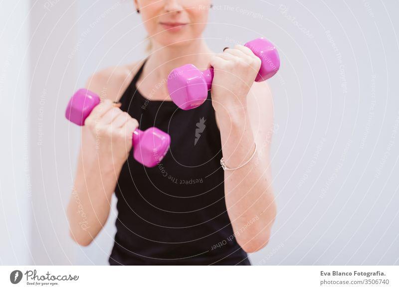 Gruppe von Frauen, die in der Turnhalle mit Hanteln Sport treiben. Gesunder Lebensstil Fitnessstudio Freunde Gesundheit Lifestyle im Innenbereich Training