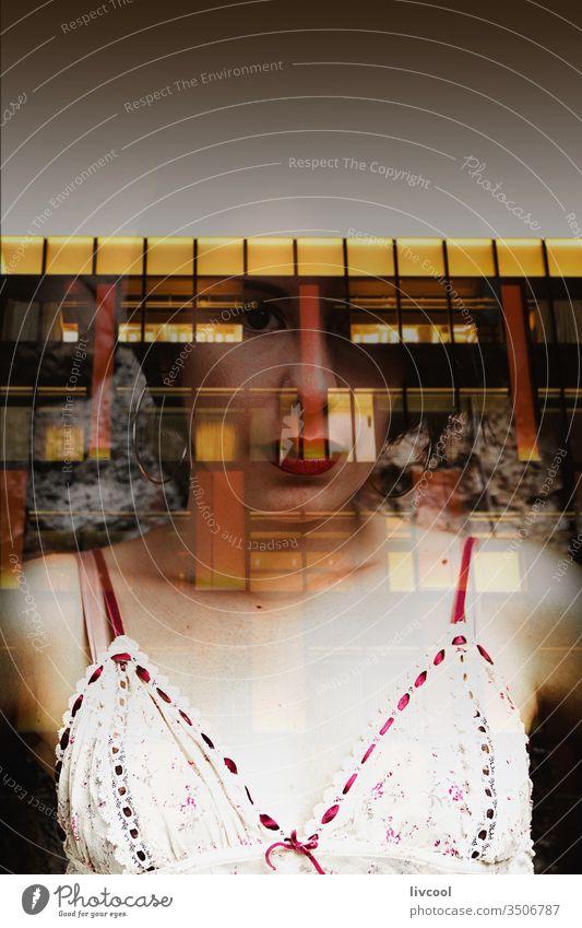 Frau hinter Glas, die ein Gebäude reflektiert Spanien reflektierend zu Hause bleiben Quarantäne Ansteckung Aufenthalt Windstille Gelassenheit Seuche Coronavirus