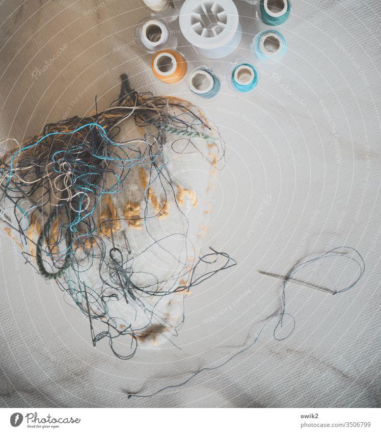Leitfaden Nadel Faden Nadelkissen bunt Farbfoto Gedeckte Farben Fäden Garn Nähgarn Nahaufnahme Faden verlieren Schnur Detailaufnahme Hausarbeit Nähen stricken
