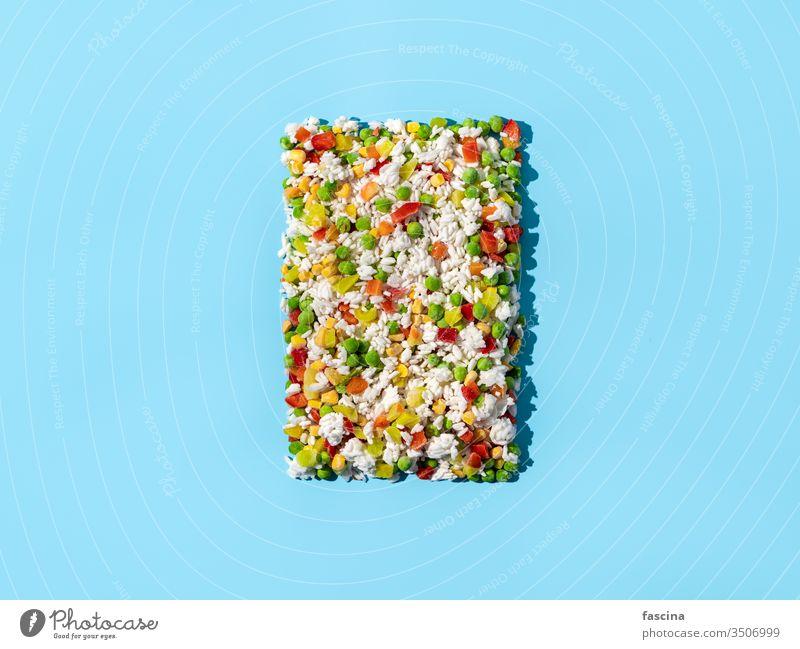 Tiefkühlgemüse sortiert auf blau, Draufsicht gefrorenes Gemüse Tiefkühlkost Lebensmittel Eis mischen Hintergrund vereinzelt Hawaii-Mischung Ackerbau Nahaufnahme