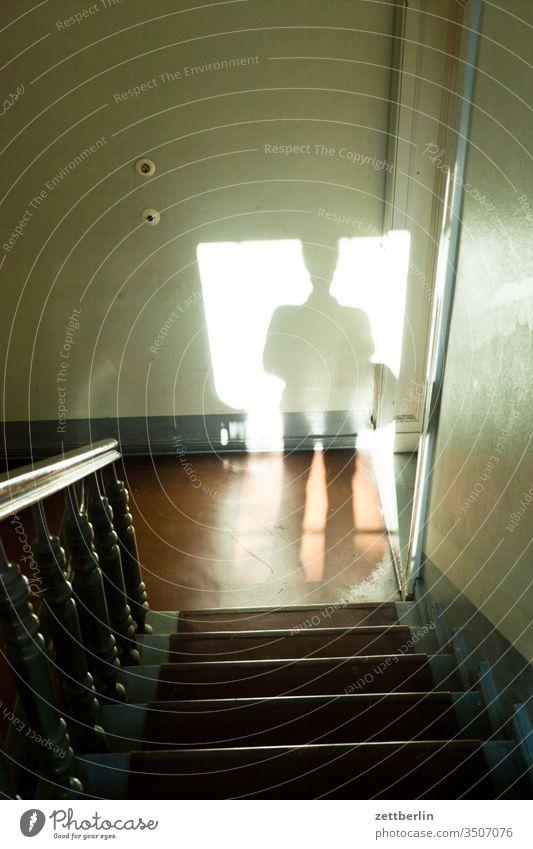 Schatten im Treppenhaus treppenhaus absatz mann treppenabsatz mensch treppengeländer schatten abstieg abwärts aufstieg aufwärts fenster mehrfamilienhaus