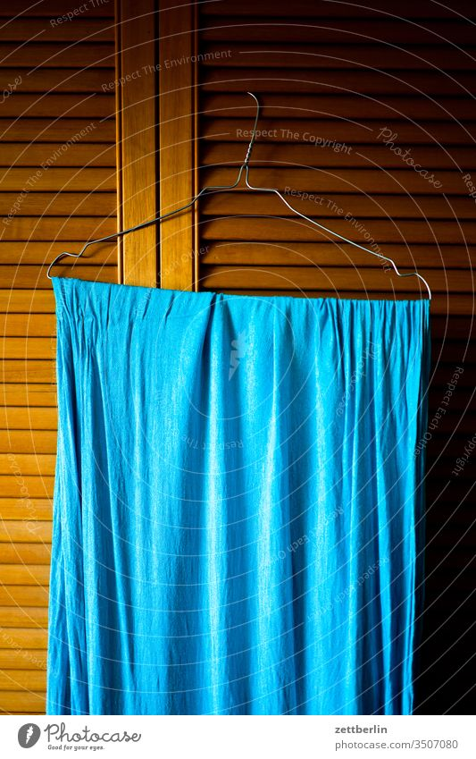 Blaues Tuch bügel tuch handtuch lamellen lamellentür menchenleer haushalt raum schrank schranktür trocknen wohnen wohnung wäsche zimmer holz einrichtung