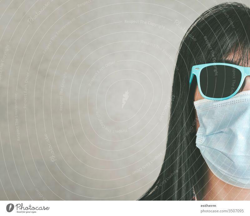 Frau mit medizinischer Maske für Coronavirus mit Sonnenbrille Junge Frau Covid-19-Virus Seuche Pandemie Quarantäne medizinische Maske cool Sommer Lifestyle