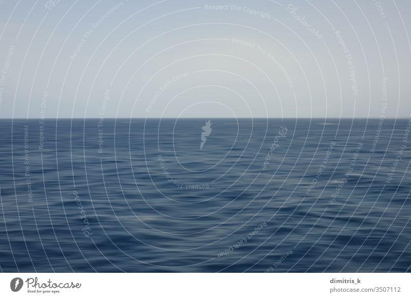 Tiefseewellen und blauer Himmel. Abstrakte Bewegungsunschärfe im Hintergrund. MEER Unschärfe Horizont Wellen tief Meereslandschaft abstrakt kräuselt Wasser