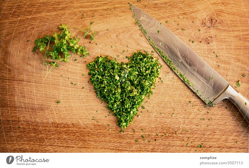 Kräuter Liebe | geschnittene Petersilie in herzform Herz vegan Vegane Ernährung Kräuter & Gewürze Messer Schneidebrett schneidemesser Holztisch Zutaten kochen