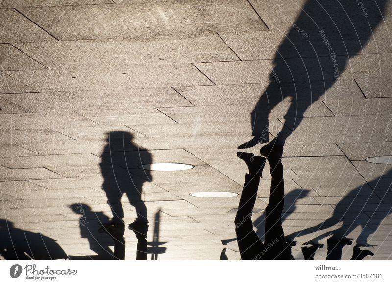 Wenn Schatten sich mit Freunden treffen Menschen Fußgänger Menschengruppe warten Platz öffentliche Plätze urban Stadtleben Treffen Freunde treffen Beine