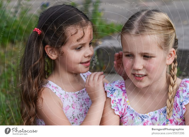Two sisters play games Schwestern freunde Geheimnis kinder sommer hair