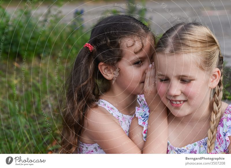 Two sisters play games kinder geheinmis geheimnisvoll freunde Schwester sommer gilrs best friend