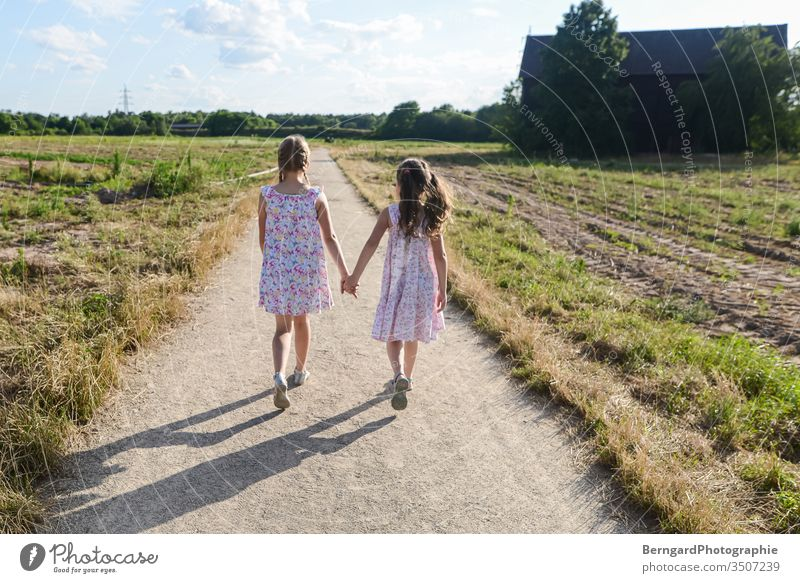 Two sisters play games weg feld dorf Spaziergang kinder gilrs sommer sonne nature