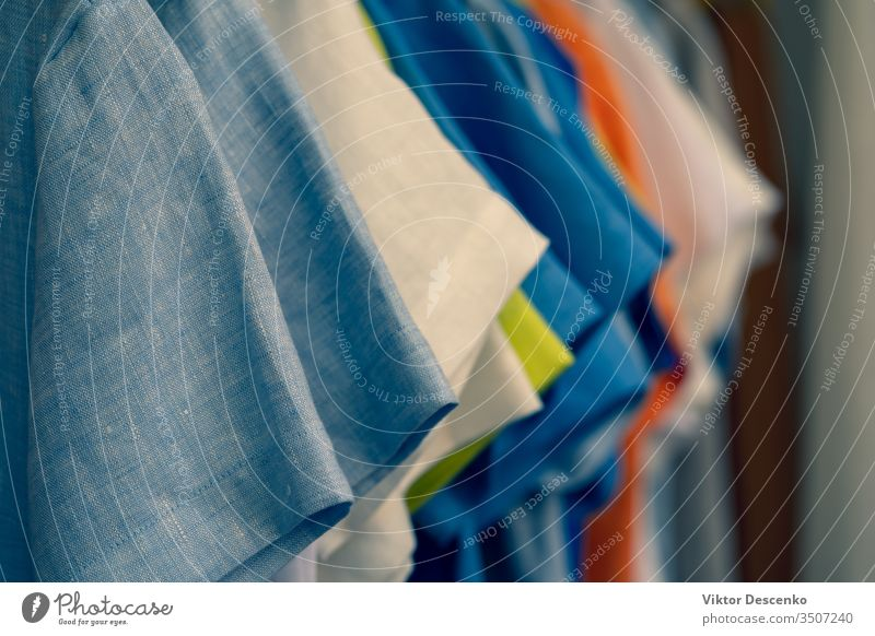 Farbenfrohe Sommerkleidung mit kurzen Ärmeln Hintergrund Frau Mode Design Mädchen Muster Textur Schönheit Werkstatt Sale Kleidung Stil lässig Kleidungsstück