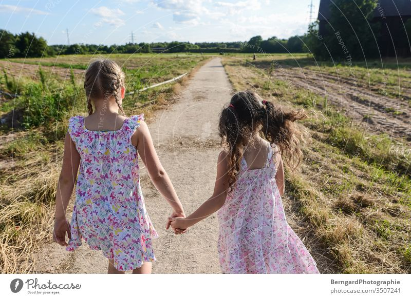 Two sisters play games Wege & Pfade dorf feld girls sommer sonne spazi kleid happy