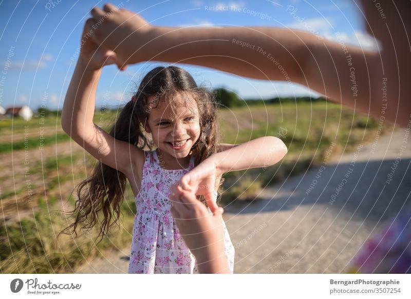 Two sisters play games schwester Schwester Mädchen Geschwister Außenaufnahme Bruder Smiley happy summer playtime sonne feld light